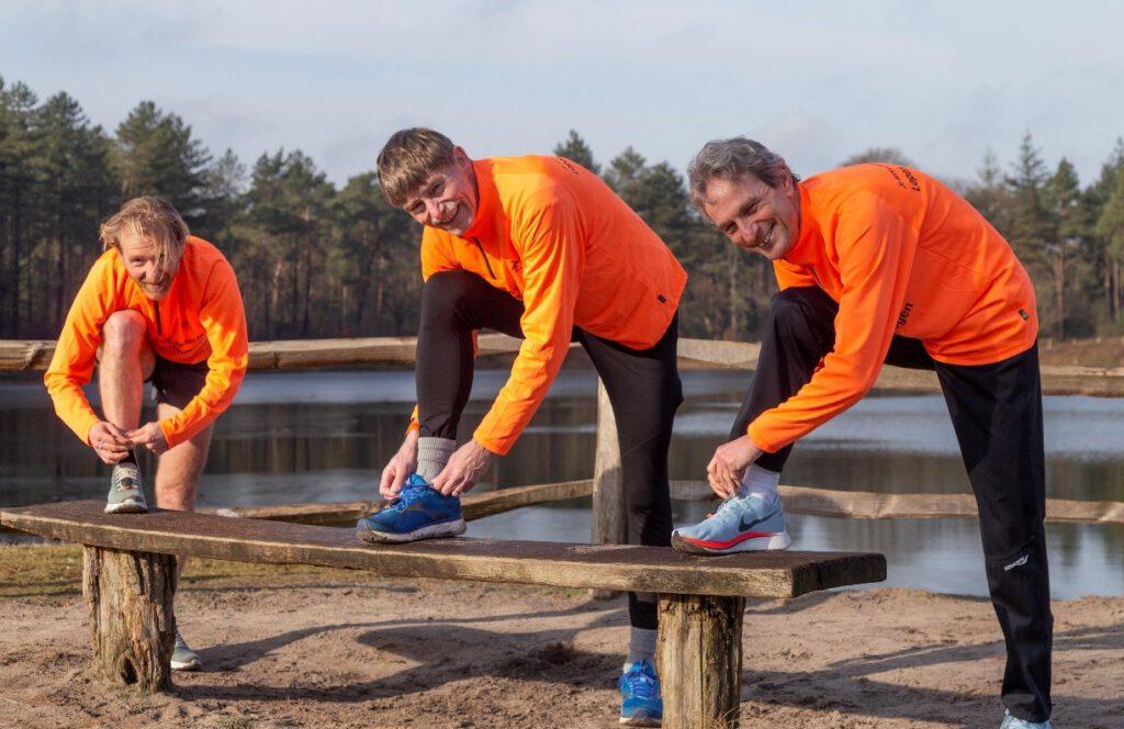 Koen de Jong, Ron van Megen en Hans van Dijk hebben elkaar gevonden voor het nieuwe boek 'Snelste Weg naar een PR: Lopen op Vermogen'