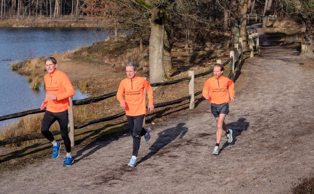Passie en plezier in hardlopen liggen aan de basis van dit boek. Ron van Megen, Hans van Dijk en Koen de Jong leggen de lezer uit hoe je met gemak tot betere prestaties kunt komen